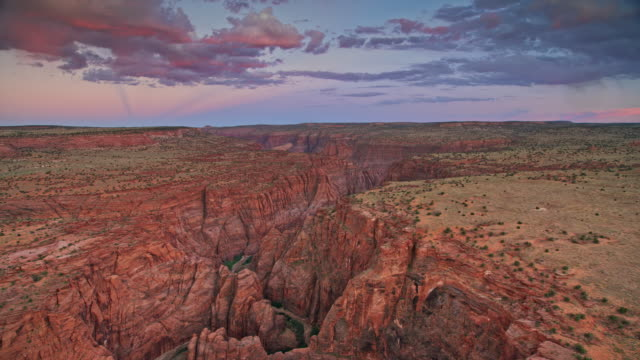 aerial innere schlucht des grand canyon bei sonnenuntergang - canyon stock-videos und b-roll-filmmaterial