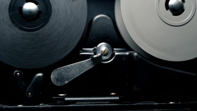vídeos de stock, filmes e b-roll de mecanismo de trabalho interno de uma câmera de filme clássico de 8mm relógio analógico vintage à moda antiga. áudio disponível - câmera de filmar