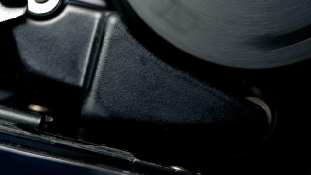 vídeos de stock, filmes e b-roll de mecanismo de trabalho interno de uma câmera de filme clássico de 8mm relógio analógico vintage à moda antiga. áudio disponível - audio available