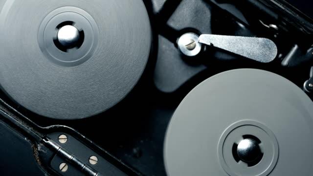 vidéos et rushes de mécanisme de travail interne d'une caméra de film classique ancienne horloge analogique vintage 8mm. audio disponible - rouler ou dérouler