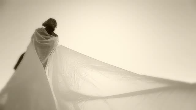 vídeos de stock, filmes e b-roll de hd câmera lenta: inocência e sensualidade - véu