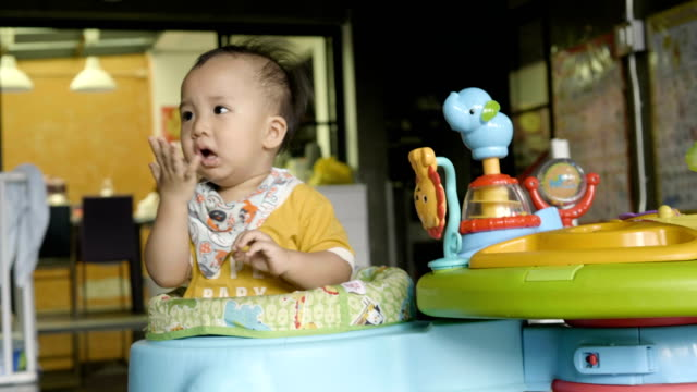 vídeos de stock e filmes b-roll de innocence baby boy playing at home - vida de bebé