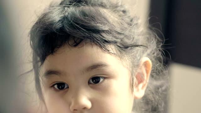oskuld: baby flicka känslor - föräldralös bildbanksvideor och videomaterial från bakom kulisserna