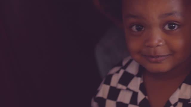 vídeos de stock, filmes e b-roll de ator da criança da inocência - representação teatral