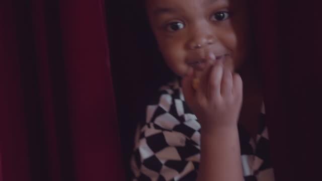 vídeos de stock, filmes e b-roll de ator da criança da inocência - bebês meninos