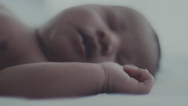 vídeos y material grabado en eventos de stock de inocencia : bebé recién nacido (0-1 meses) - bebés 0 1