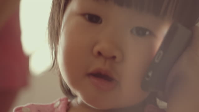 イノセンストーキング携帯電話 - 幼児点の映像素材/bロール