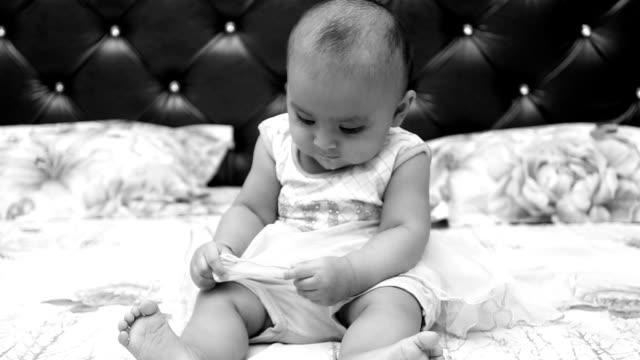 vídeos y material grabado en eventos de stock de inocente 6 meses de edad niña jugando en la cama en casa - 6 11 meses