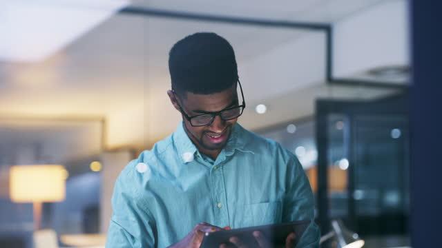 vídeos de stock, filmes e b-roll de inovação ajuda um negócio a crescer - homens jovens