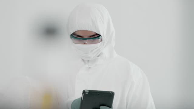 stockvideo's en b-roll-footage met innovatie - beschermend masker werkkleding