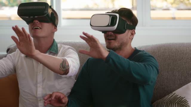 innovation : virtual reality headset - schutzbrille stock-videos und b-roll-filmmaterial