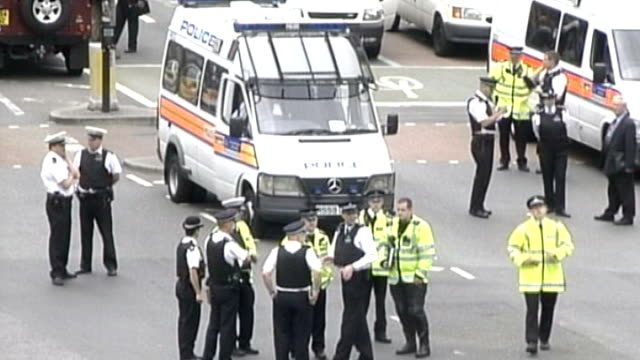 inquiry into undercover metropolitan police activities lib cordonned area outside station and police and vehicles about following shooting of jean... - 警視庁点の映像素材/bロール