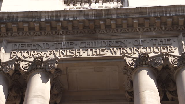 inscription above the entrance to the old bailey available in hd. - old bailey stock-videos und b-roll-filmmaterial