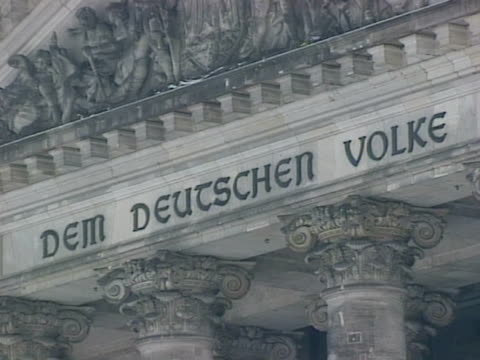 inscription dem deutschen volke on western facade of reichstag building zo angled ws of reichstag building w/ snow covered ground fg renovated in... - 建物の正面点の映像素材/bロール
