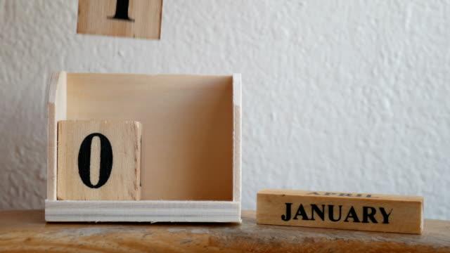 stockvideo's en b-roll-footage met inscriptie op 1 januari op houten kubussen - number 1