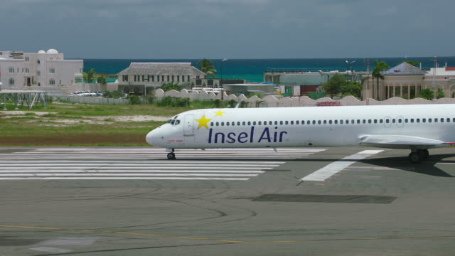 ws insel air plane taxiing in airport / st. maarten - taxiway stock-videos und b-roll-filmmaterial