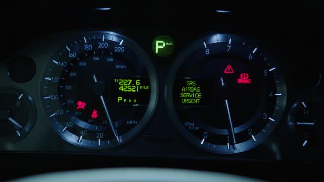 insert speedometer and tachometer; tachometer registers from 0 to 5000 rpm - 測定器点の映像素材/bロール
