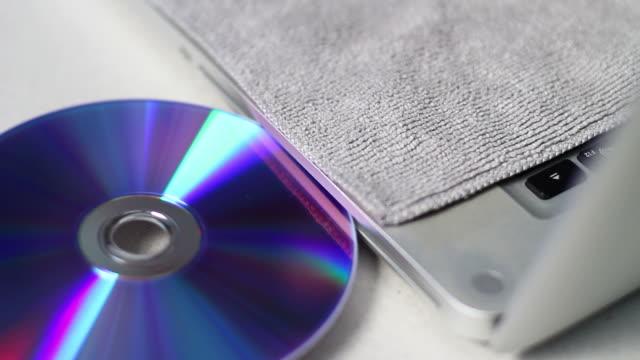 vídeos y material grabado en eventos de stock de inserción de cd o dvd - disquetera de cd rom
