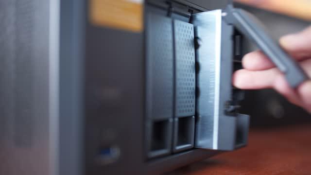 vídeos de stock, filmes e b-roll de inserindo disco rígido no servidor - establishing shot