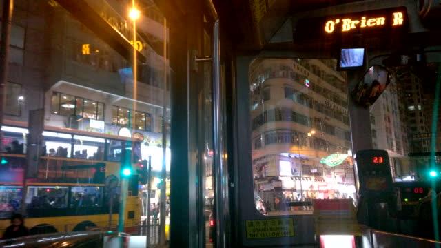 vídeos de stock, filmes e b-roll de dentro de um eléctrico na noite, rua de hong kong wan chai - wan chai