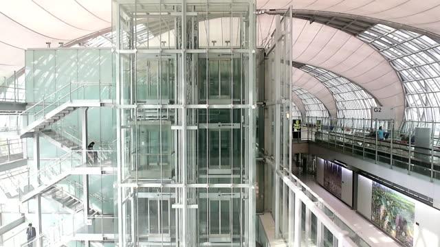 tasca interna trasparente ascensore verso il basso - scale video stock e b–roll