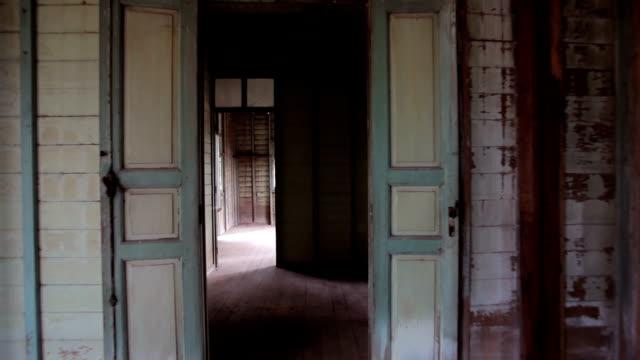 In einem verlassenen Haus