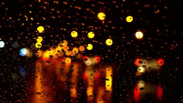 inside car pov - traffico durante la stagione delle piogge di notte - guardare fuori dalla finestra video stock e b–roll
