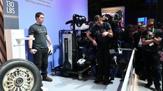 inside customer electronics show 2020 convention in las vegas, nevada, u.s., on wednesday, january 8, 2020. - erweiterte realität stock-videos und b-roll-filmmaterial