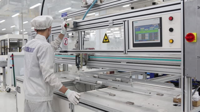 inside irex energy's solar panel factory in vung tau, bà rịa–vũng tàu, vietnam on monday july 15, 2019. - クリーンスーツ点の映像素材/bロール