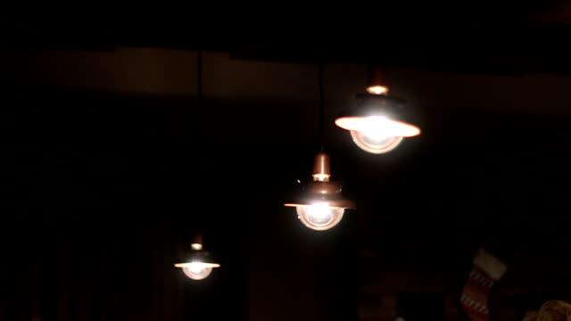 Innen leuchten hängen in einer Zeile
