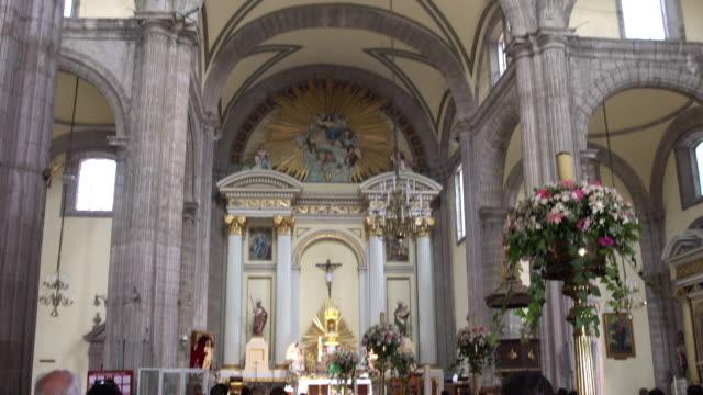 vídeos de stock e filmes b-roll de inside metropolitan cathedral in mexico tilt - eco tourism