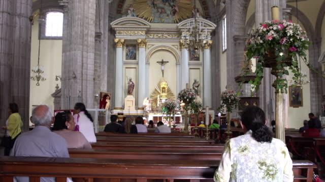 vídeos de stock e filmes b-roll de inside metropolitan cathedral in mexico - catolicismo