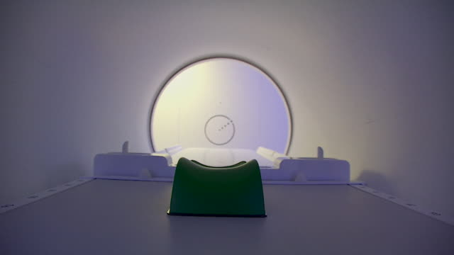 vídeos de stock, filmes e b-roll de pov inside mri radiotherapy scanner - radioterapia
