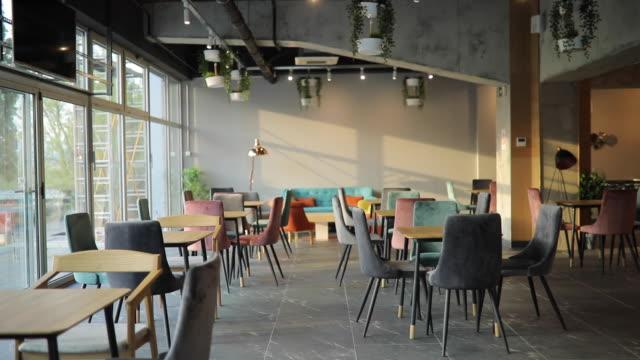 vídeos y material grabado en eventos de stock de dentro de un gran café moderno vacío - pub