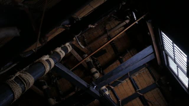 vidéos et rushes de à l'intérieur de minka gasshō-zukuri-style maison, japon - mar