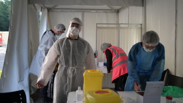 vidéos et rushes de inside of medical tent where covid-19 tests are performed in paris, france, on monday, september 21, 2020. - tente