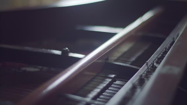 innenseite des altes klassisches klavier - pianist stock-videos und b-roll-filmmaterial