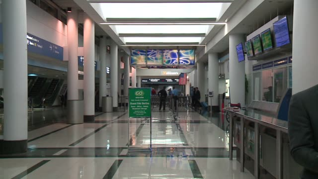 inside o'hare airport at night in chicago on september 22, 2015. - ナイトイン点の映像素材/bロール