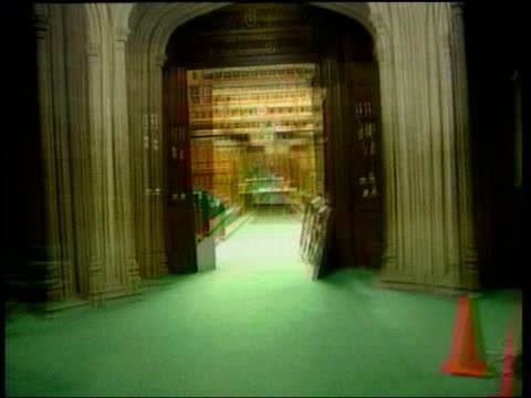 stockvideo's en b-roll-footage met london houses of parliament into and around empty house of commons chamber - house of commons