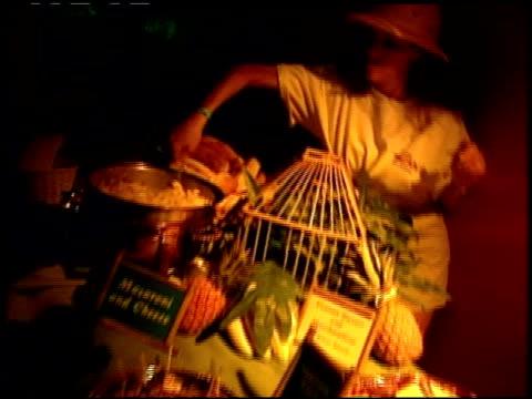 vídeos y material grabado en eventos de stock de inside party at the 'tarzan' premiere at the el capitan theatre in hollywood california on june 12 1999 - tarzán obra reconocida