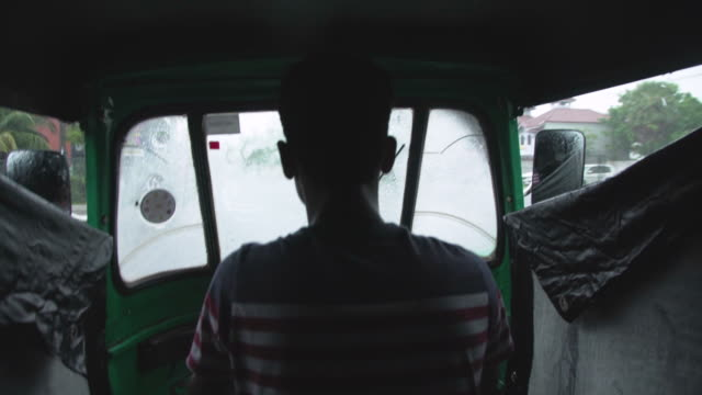 vidéos et rushes de pov inside rickshaw at sri lanka during typhoon - pousse pousse