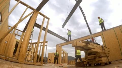vídeos y material grabado en eventos de stock de lapso de tiempo dentro de habitaciones de la casa de madera prefabricada que ponga para arriba junto con el primer piso - material de construcción