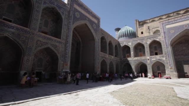 vídeos de stock, filmes e b-roll de inside sher-dor madrasah seen from above, samarkand, uzbekistan - madressa