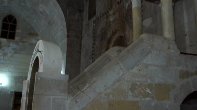 vídeos de stock, filmes e b-roll de inside sultan i̇sa (zinciriye) medresesi in the old town of mardin, turkey - madressa