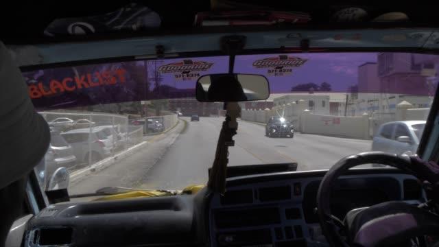 vídeos y material grabado en eventos de stock de inside taxi shot along h7 coast road, barbados, west indies, caribbean, central america - taxista