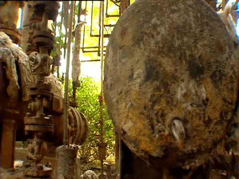 stockvideo's en b-roll-footage met inside the abandoned union carbide chemical factory 20 years on from the bhopal gas tragedy - bhopal