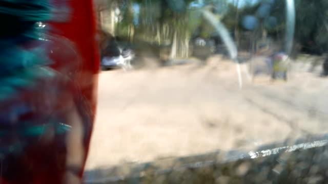 vídeos de stock e filmes b-roll de inside the car wash - porta sabonete líquido