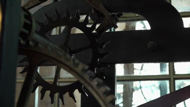 vídeos de stock e filmes b-roll de inside the clock tower - sino