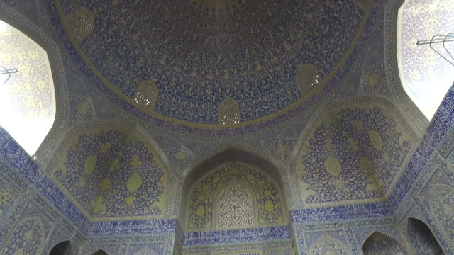 inside the dome of the naghsh-e jahan mosque - moschea video stock e b–roll