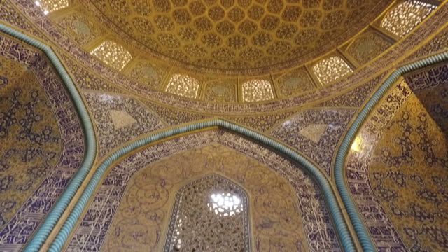 inside the dome of the sheikh lotfollah mosque - moschea video stock e b–roll
